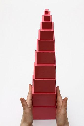 Wieża z czerwonych klocków sześciennych, ułożona symetrycznie