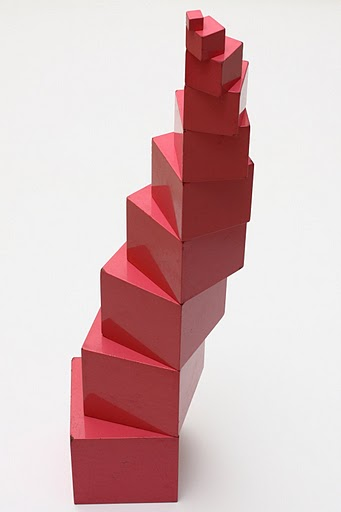 Wieża z czerwonych klocków sześciennych, zakręcona w prawą stronę
